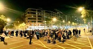 Unes desenes de persones tallant el trànsit a l'avinguda Meridiana