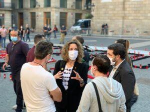 Àngels Chacón, hablando con empleados de Nissan que protestaban en la plaza de Sant Jaume
