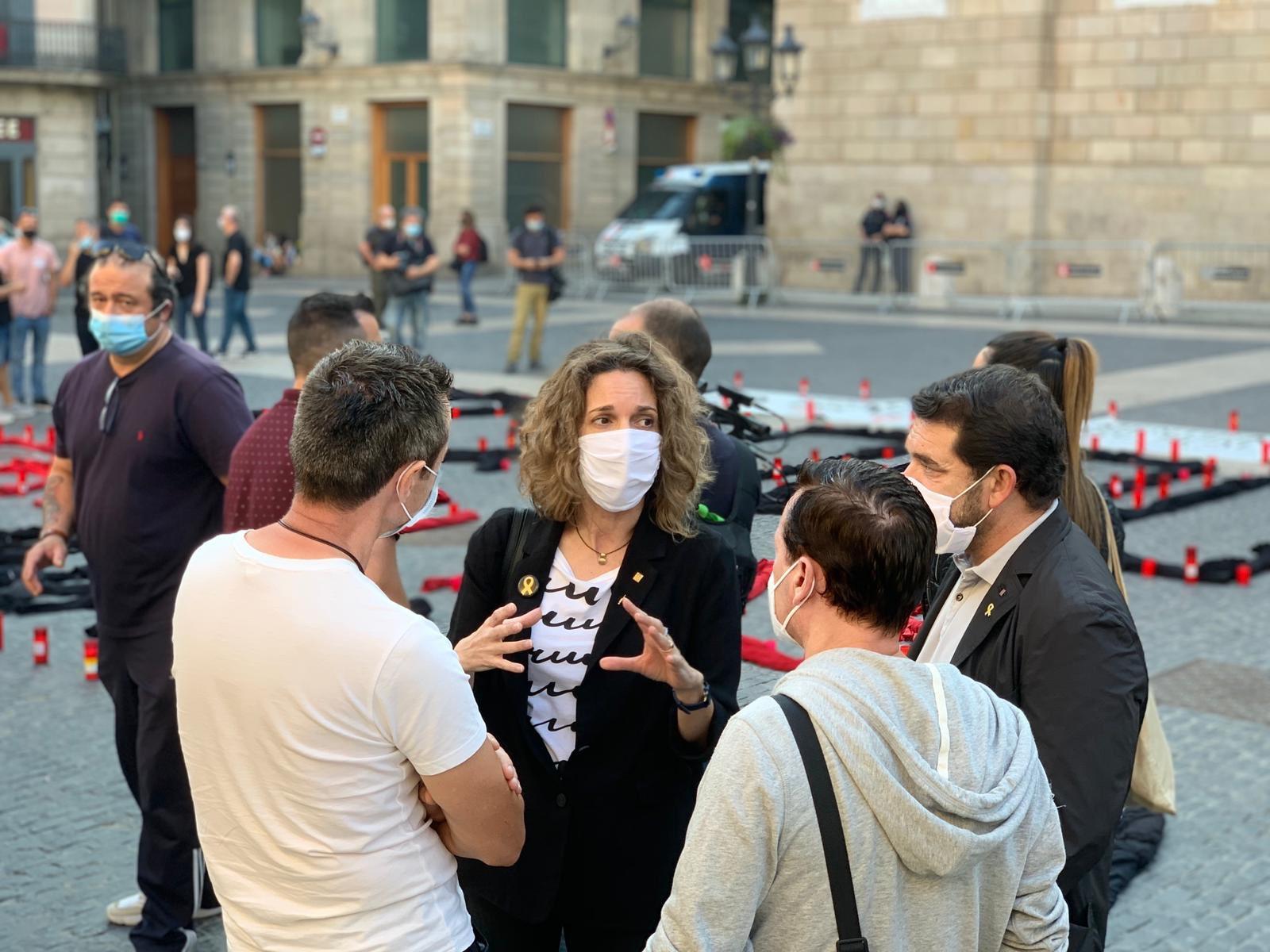Àngels Chacón, parlant amb empleats de Nissan que protestaven a la p