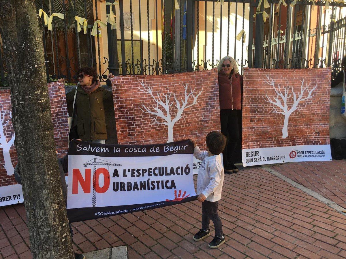 Concentració davant l'Ajuntament de Begur contra l'urbanisme depredad