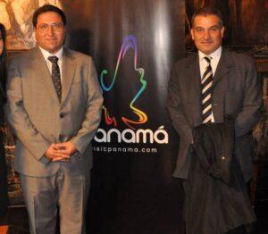 L'ambaixador Roberto Arango –esquerra{ i Joan Franquesa a l'Ajuntament de Barcelona, el 13 de juny de 2014 / BCN PANAMÀ CONSULTING