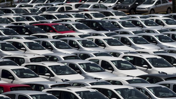 Aparcament de cotxes en procés de fabricació