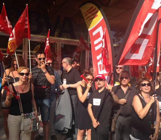 Protesta davant la seu del BBVA, al Passeig de Gràcia