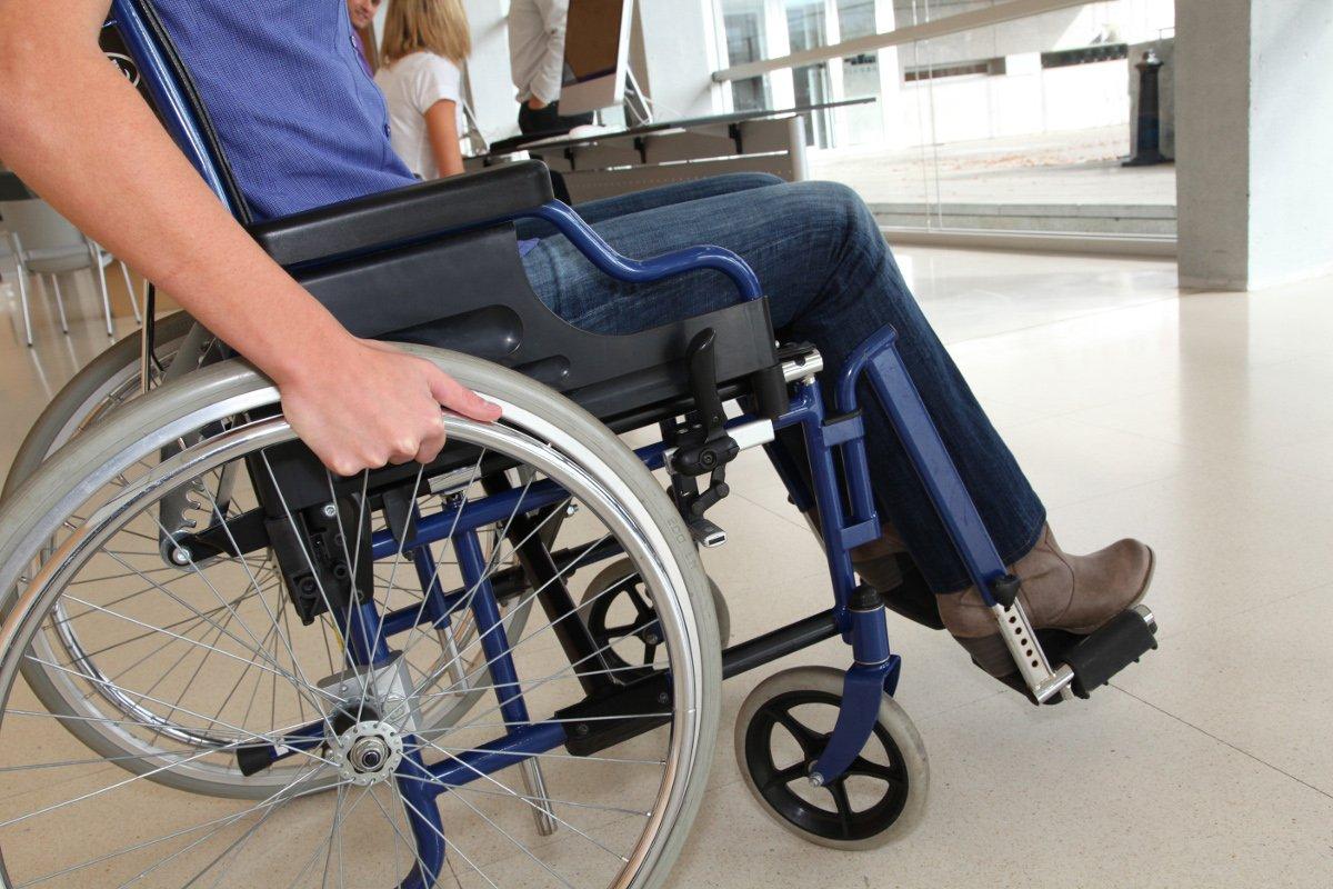 Una persona amb cadira de rodes