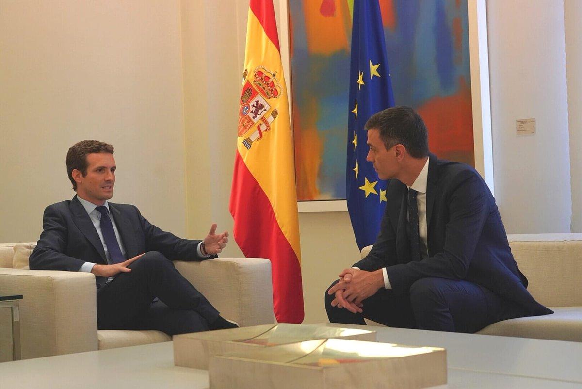 Pablo Casado con Pedro Sánchez