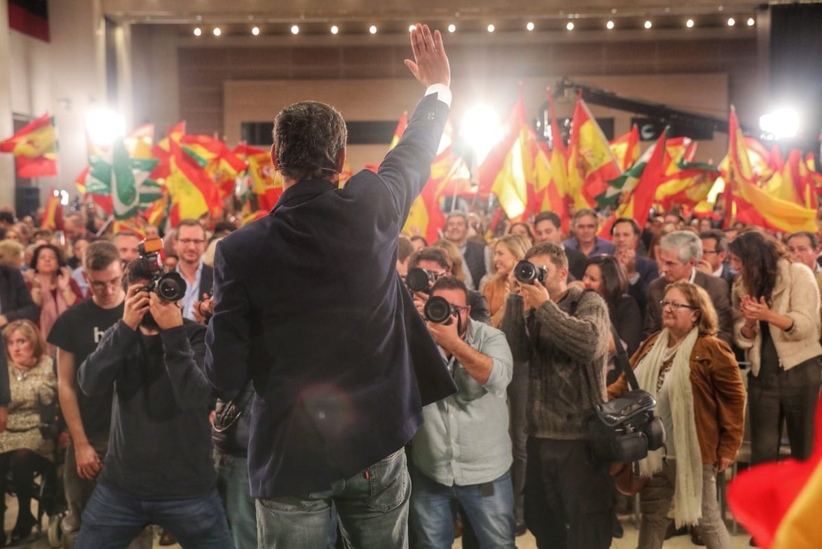 De espaldas, el candidato del PP, Juanma Moreno