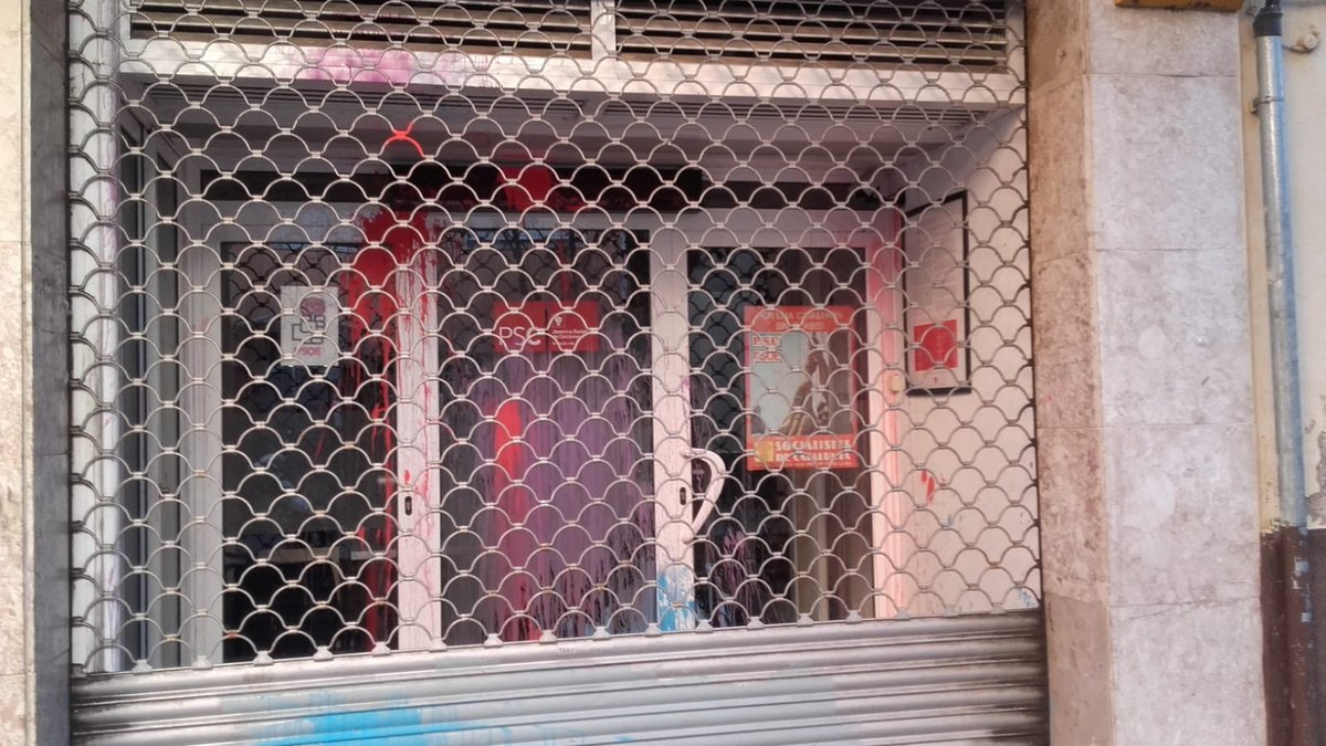 La puerta de la sede del PSC de Nou Barris, situada en la calle Santa Engràcia.