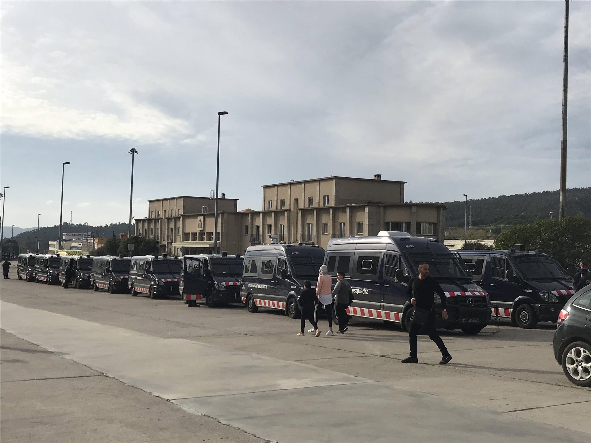 Una vintena de camions dels Mossos d'Esquadra estacionats a l'entrada