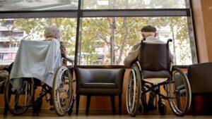 Dos interns en una residència per gent gran