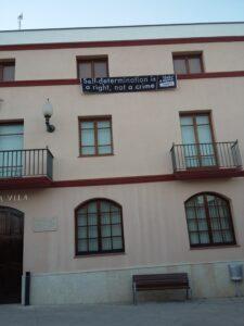 L'Ajuntament d'El Pla del Penedès torna a posar una pancarta a la fa