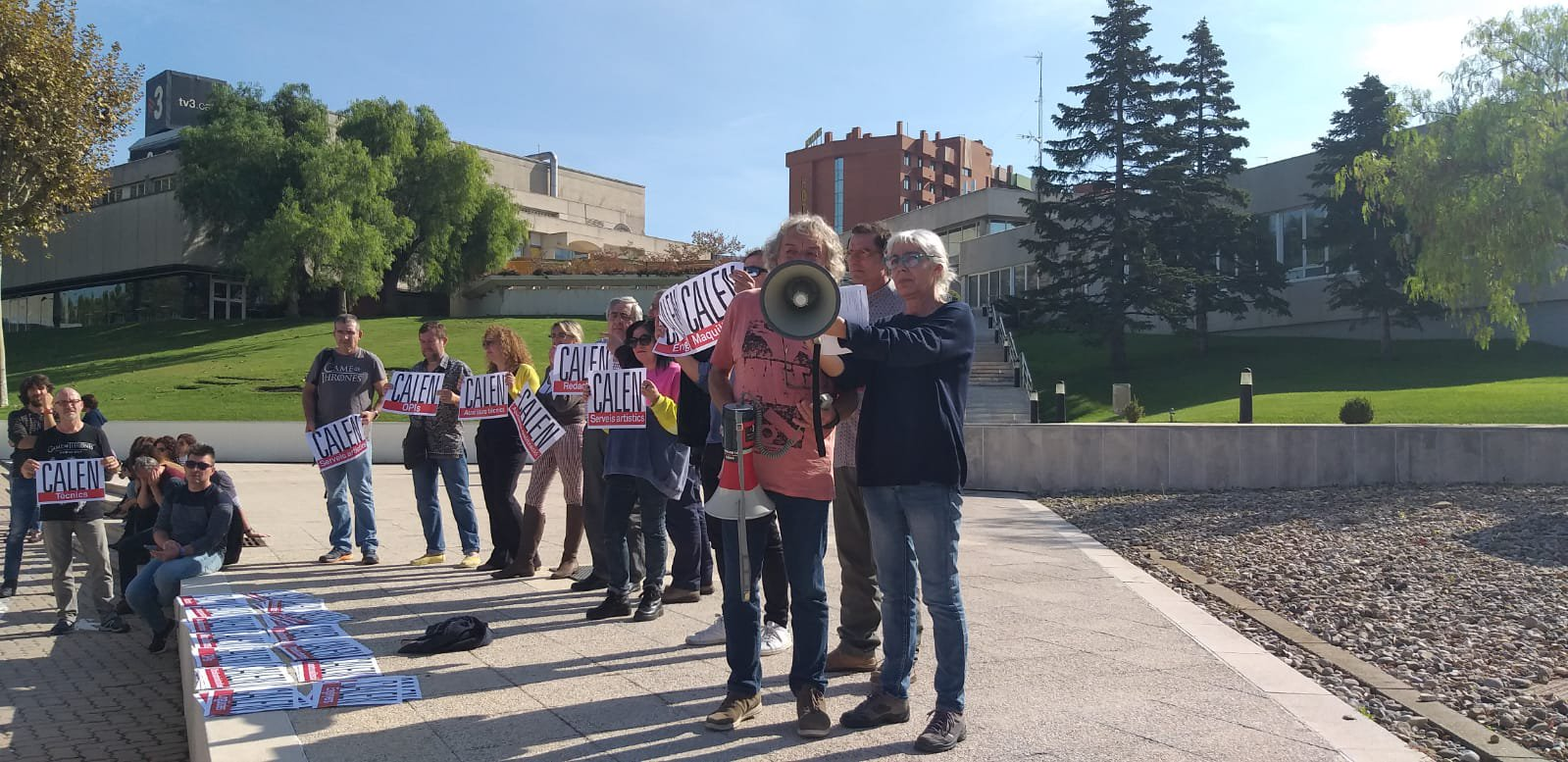 Asamblea de los trabajadores de TV3 en el exterior del edificio