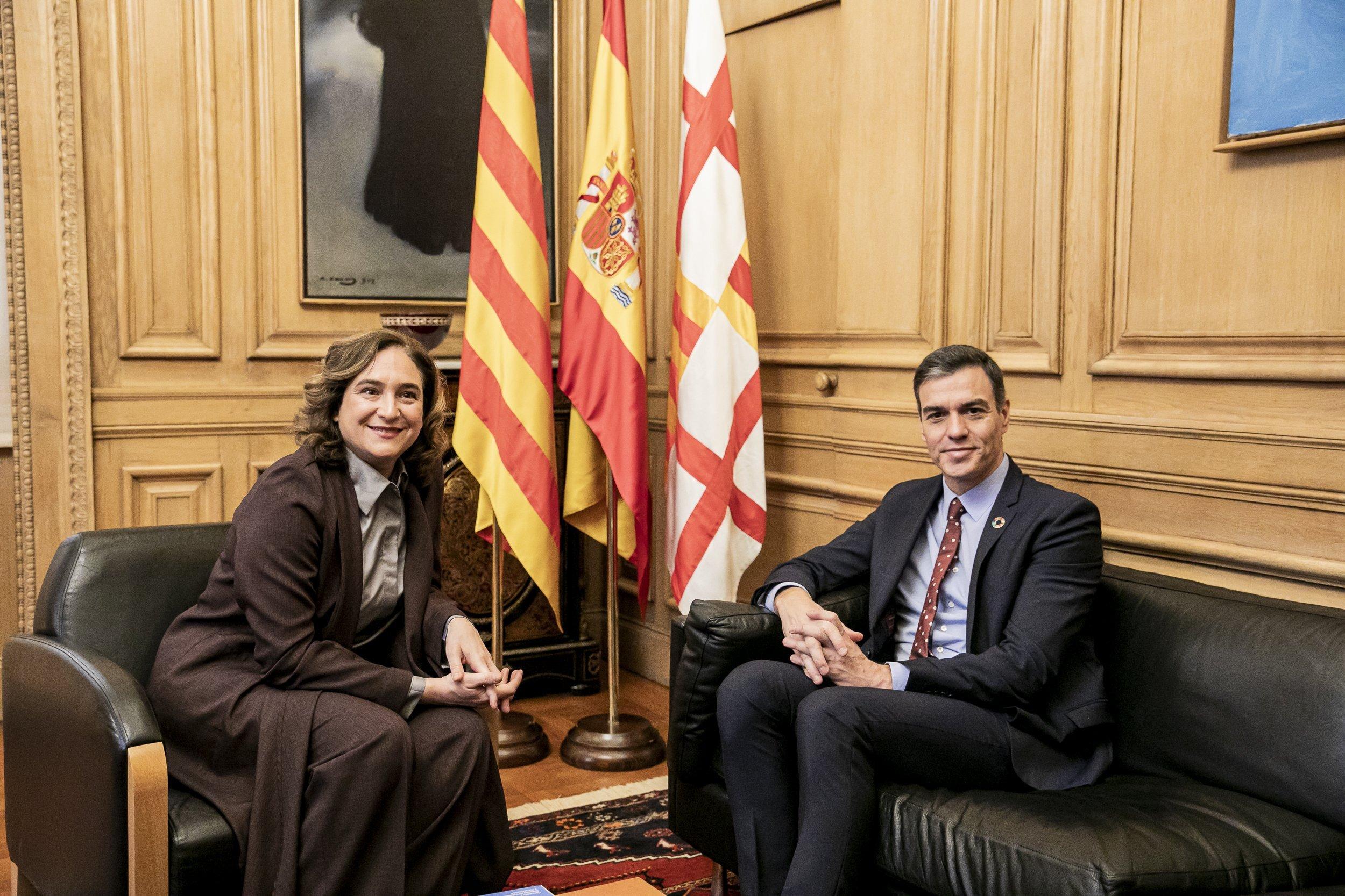 La alcaldesa de Barcelona, Ada Coláis, con el presidente del Gobierno, Ped