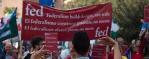 Pancarta de 'Federalistes d'Esquerres' exhibida durante una manifestación