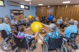 Sesión de fisioterapia en una residencia de gente mayor