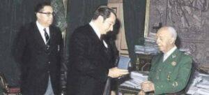 Franco, rebent una medalla del Barça