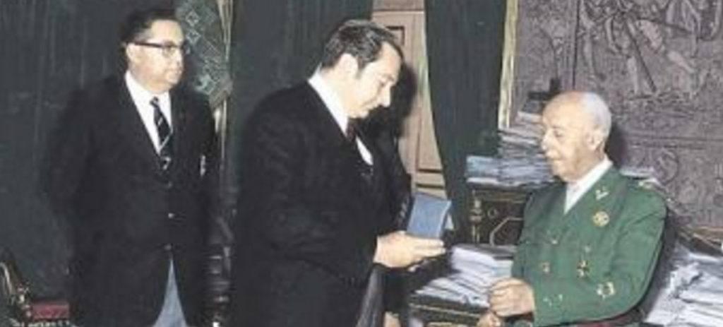 Franco, recibiendo una medalla del Barça