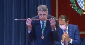 García Albiol amb la vara d'Alcalde de Badalona