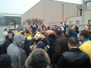 Treballadors manifestant-se davant la fàbrica