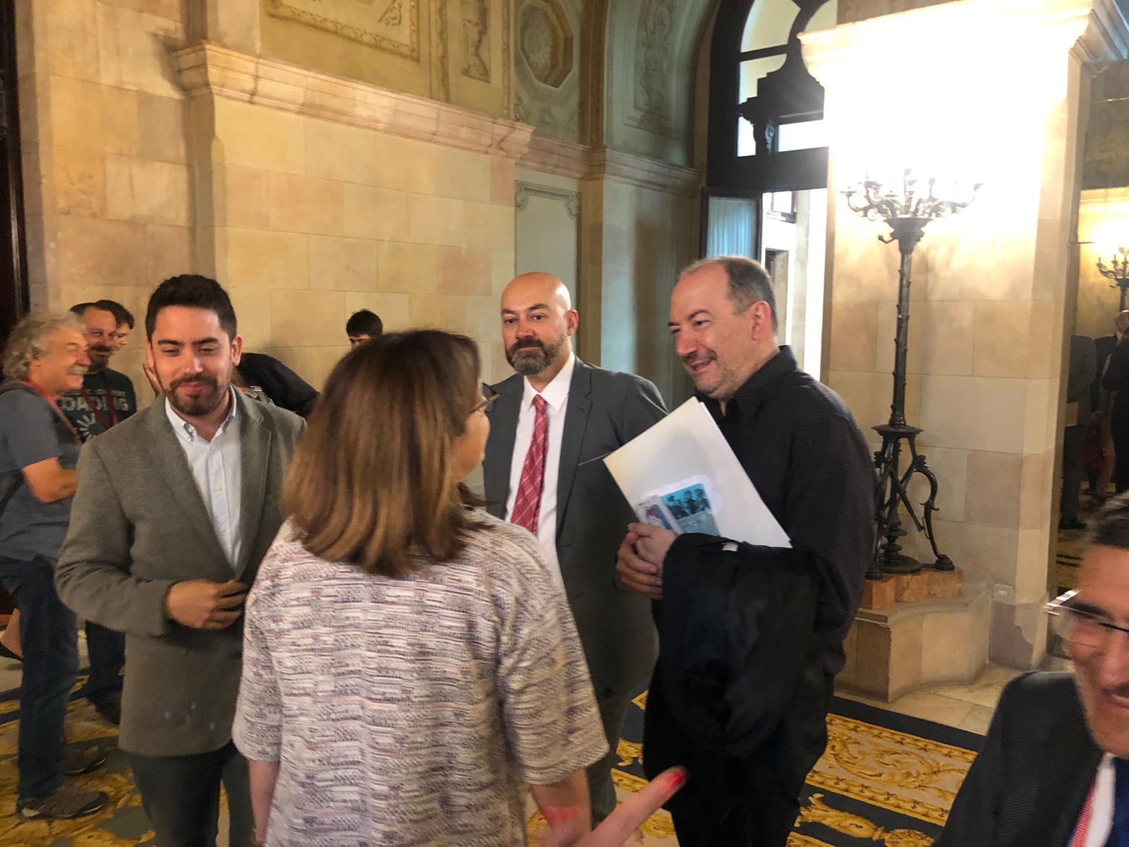 Núria Llorach i Vicent Sanchis parlen mentre Saül Gordillo se'ls mir