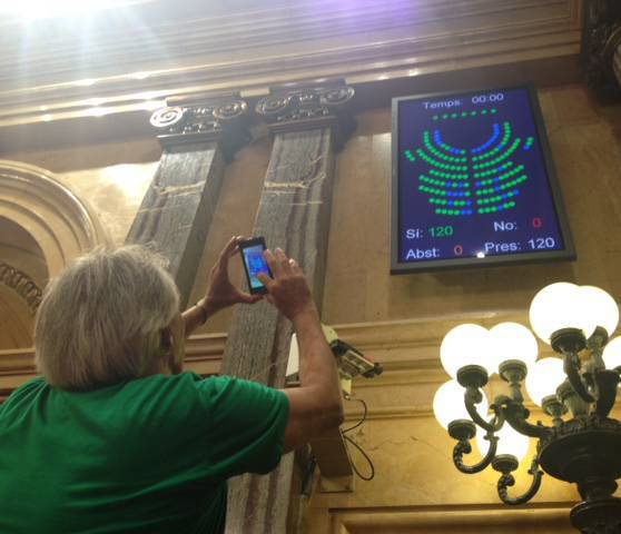 El secretari de la Mesa del Parlament, David Companyon, fa una foto amb el resultat de la votació de la ILP