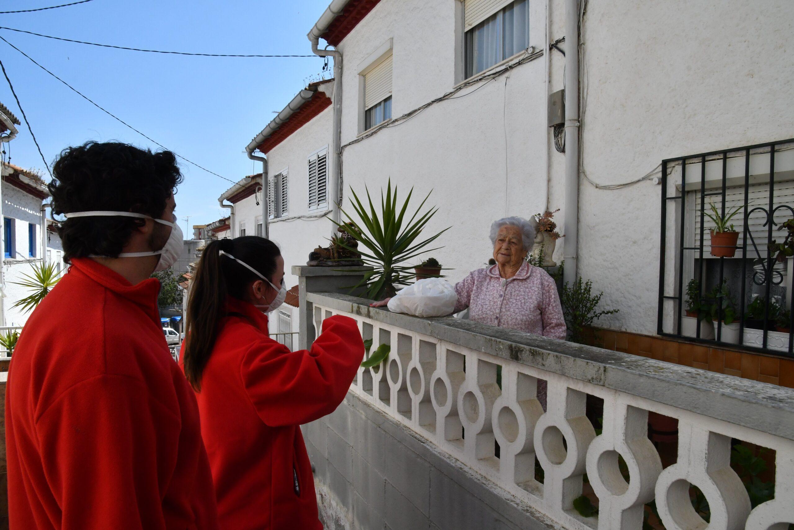 La Fundación La Caixa y Cruz Roja reparten productos de primera nec