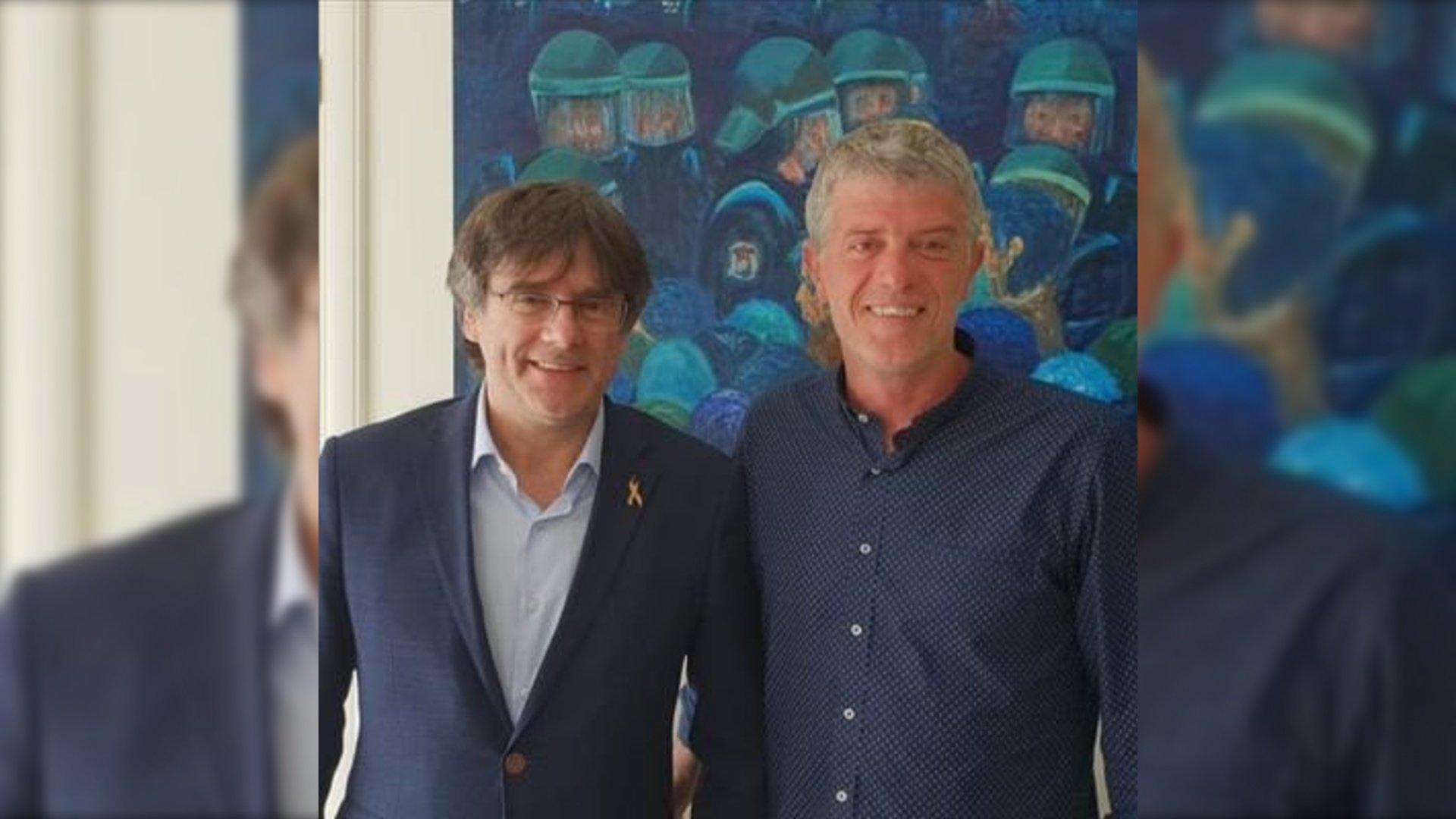 Roger Pinart, con el expresidente catalán Carles Puigdemont: la foto de perfil que el teniente de alcaldía del Puerto de la Selva ha usado en Twitter