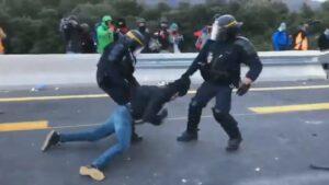 Un agente francés arrastra a un activista de Tsunami Democràtic