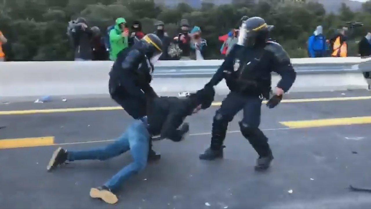 Un agent francès arrossega un activista de Tsunami Democràtic