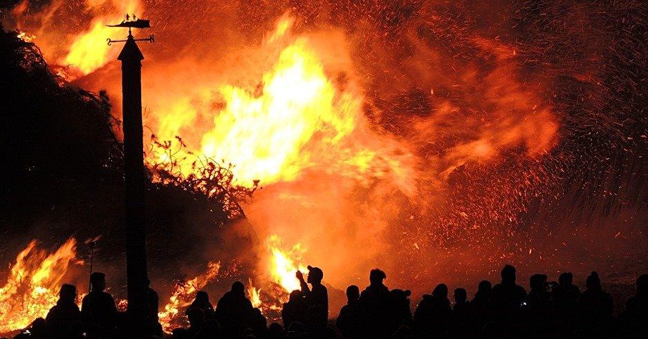 Bomberos luchando contra un incendio forestal