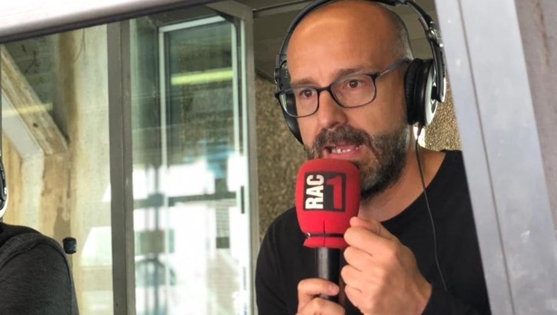 El periodista Joan Maria Pou, intervenint a la seva emissora, RAC1