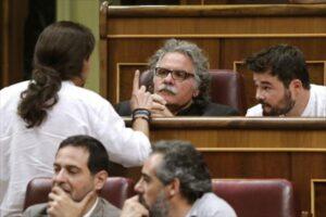 Joan Tardà hablando con Pablo Iglesias