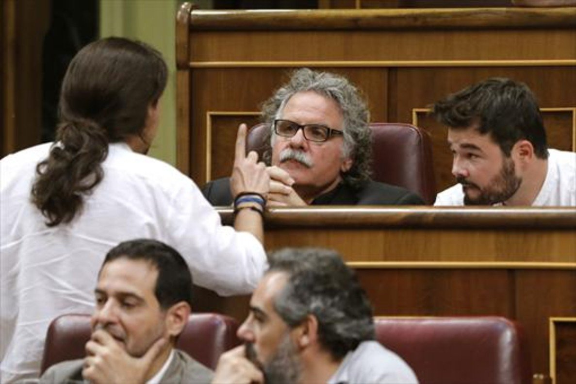 Joan Tardà parlant amb Pablo Iglesias