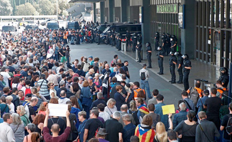 La policía impide la entrada de CDR en Barcelona Sants en...