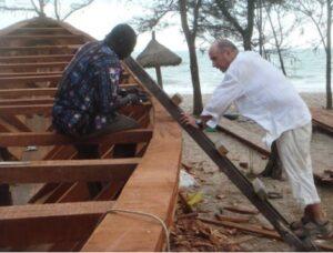 Lluís Llach, al Senegal, supervisant un vaixell finançat per la seva