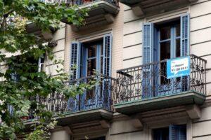 Cartell d'un habitatge de lloguer, a Barcelona