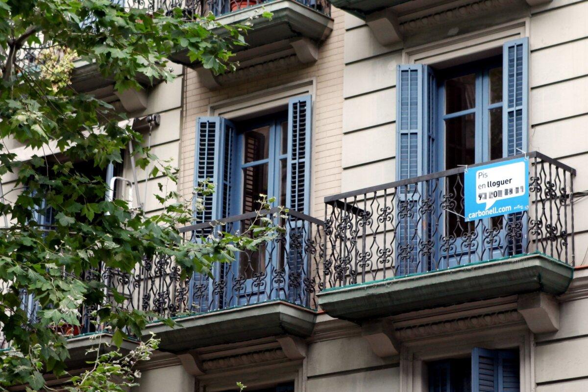 Cartel de una vivienda de alquiler, en Barcelona