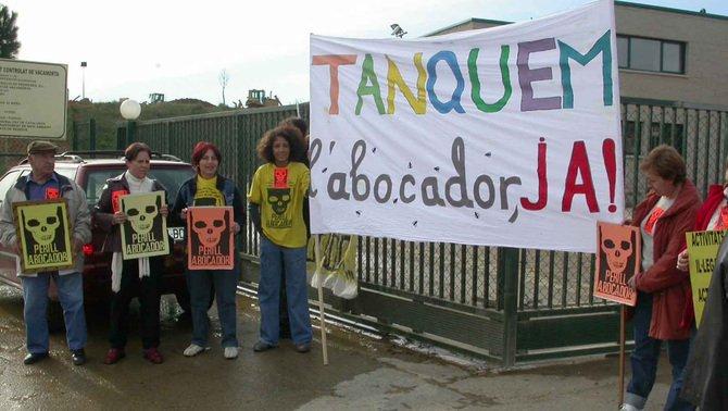 Manifestació veïnal per reclamar el tancament de l'abocador de Cruï
