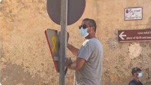 Un operari despenja un senyal de trànsit a Petra, en imatges gravades