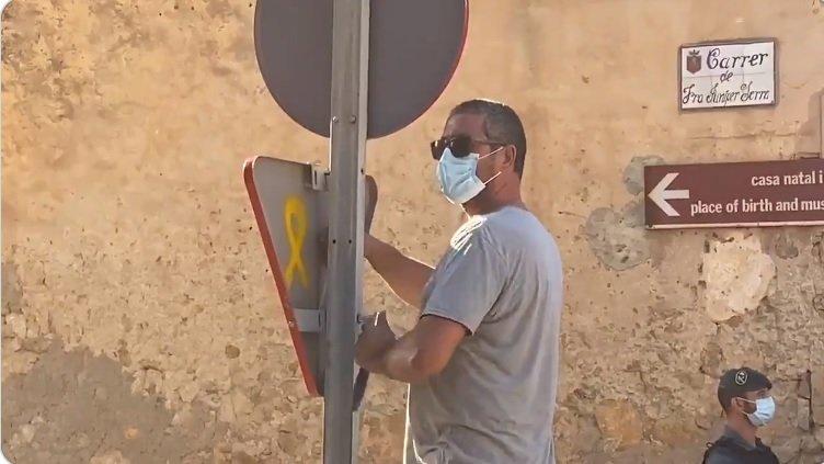 Un operario descuelga una señal de tránsito en Petra, en imágenes grabadas