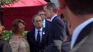 El rei Felip VI saluda a la parella de Joquim Forn,...