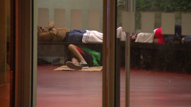 Menores no acompañados durmiendo en una comisaría de los mossos