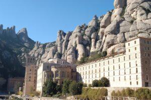 Edificis de l'abadia de Montserrat al peu de la muntanya