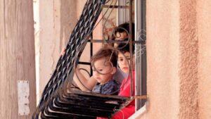 Niños en un balcón