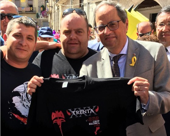 Quim Torra, con la camiseta que le regaló el grupo de diablos Recerca, de Juneda