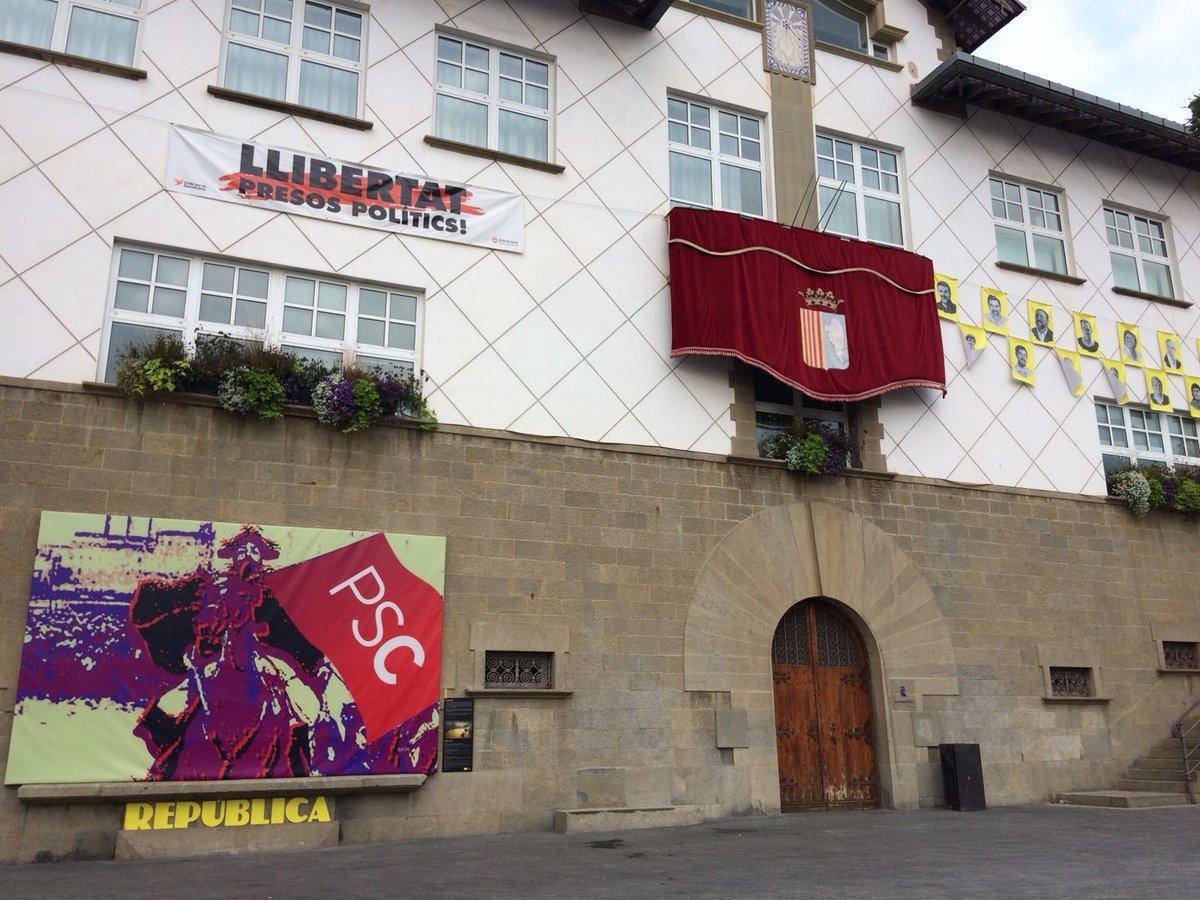 Quadre contra el PSC a l'entrada de l'Ajuntament d'Olot