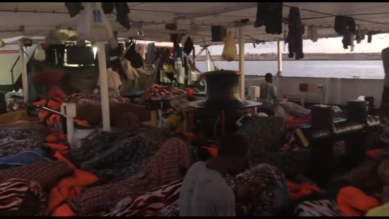 Migrantes rescatados por el Open Arms, ante la costa de Lampedusa