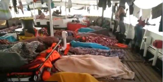 Migrants a l'Open Arms, davant la costa de Lampedusa