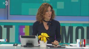 Helena Garcia Melero presenta un programa de 'Tot es mou' con ponsetias amarillas en la mesa.