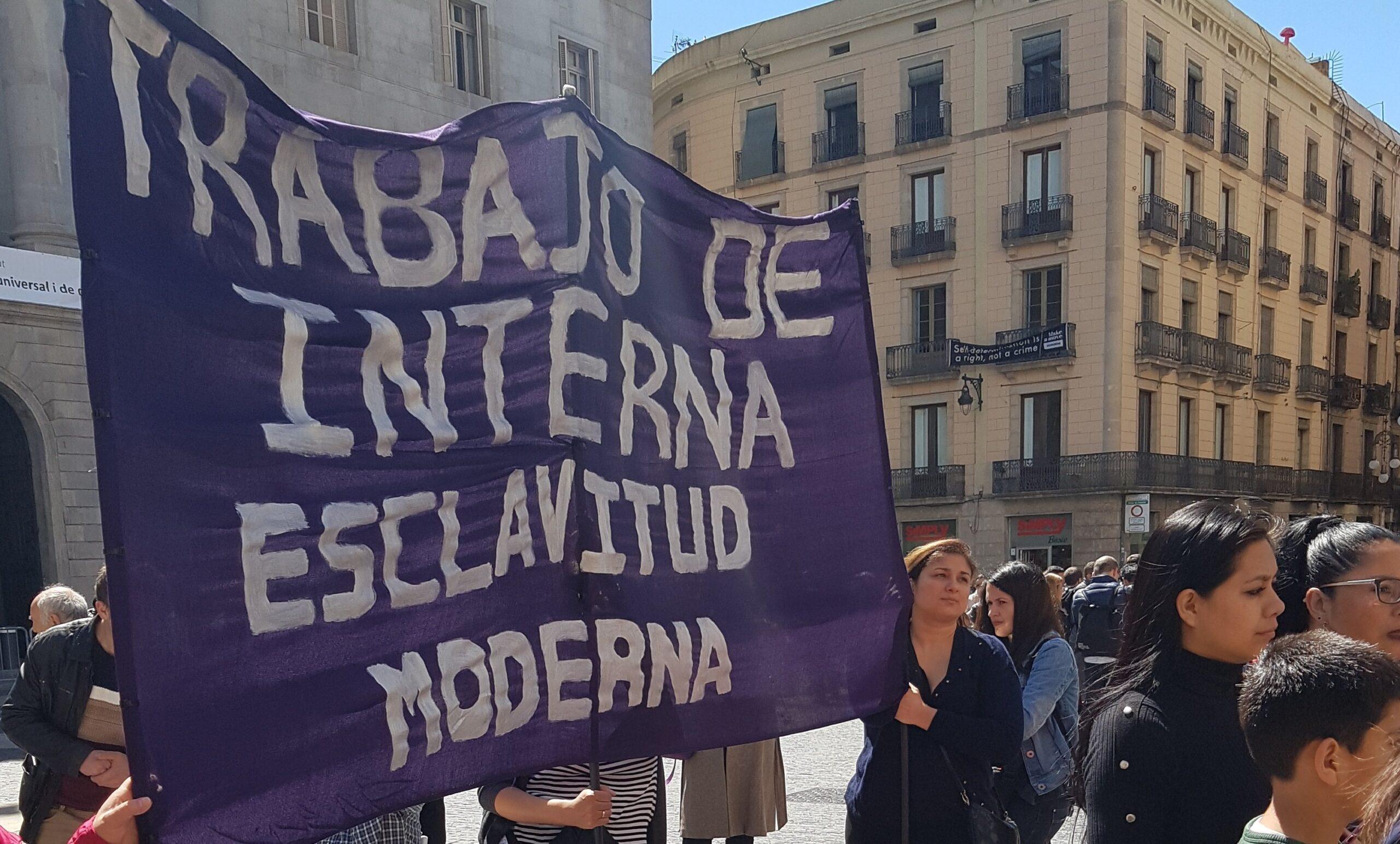 Pancarta de una concentración en la plaça Sant Jaume por los derechos de las trabajadoras del hogar y las curas