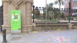 Rejas del Parque de la Ciutadella con bandas amarillas
